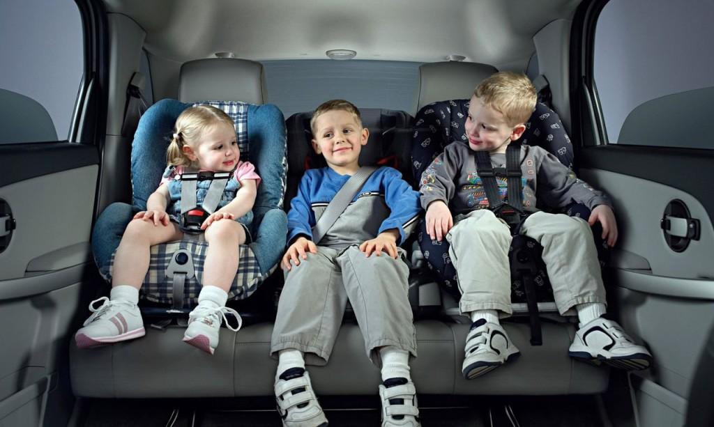 Подросший малыш в автокресле